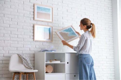 7 tips til at hænge billeder op uden at ødelægge væggen