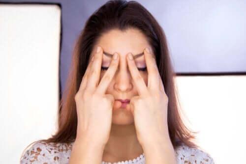 Asymmetriske ansigter: Hvad der forårsager dem, og hvordan de behandles