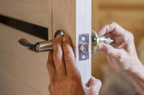 Sådan kan man udskifte et dørhåndtag