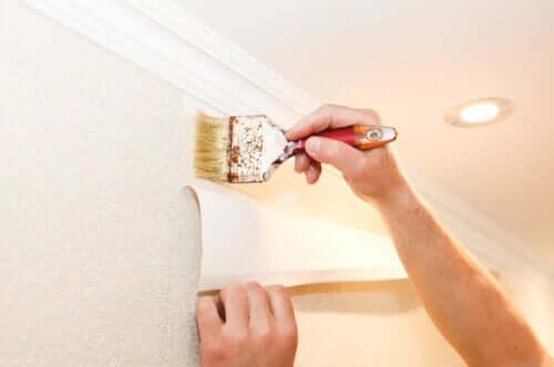 Sådan kan man sætte tapet op på væggen