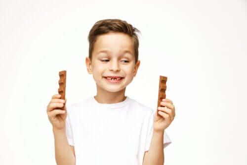 Er det sikkert at lade børn spise chokolade?