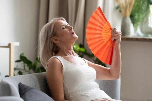 Kvinde med stor vifte har jedetur