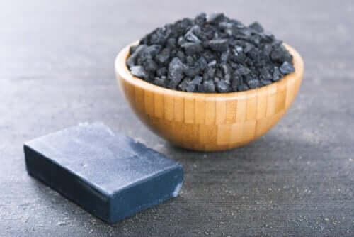 To metoder til at lave sæbe med aktivt kul