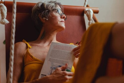 Kvinde læser og dagdrømmer
