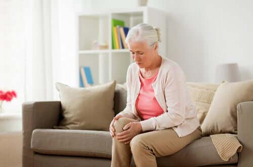Hvorfor oplever vi, at vores knæ knækker?