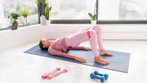 Styrk dine mavemuskler med modstandsbånd