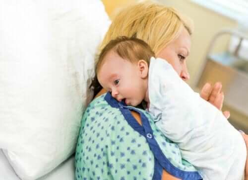 Skal du bøvse en baby af efter amning?