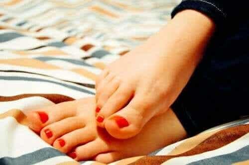 Brændende fornemmelse i fødderne: Hvorfor sker det?