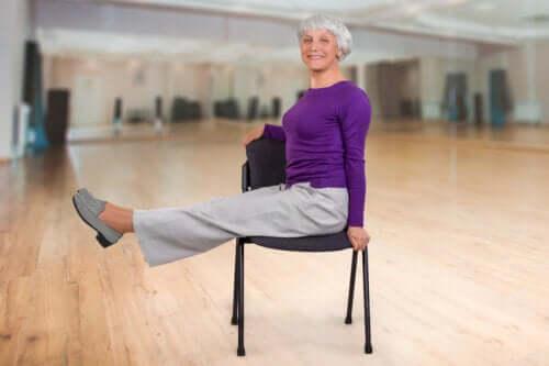 Siddende yogaøvelser til ældre voksne
