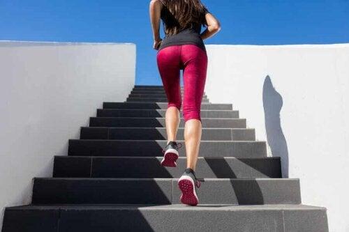 Kvinde løber på trappe