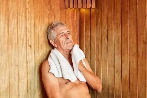 Mand nyder de forskellige fordele ved saunaer