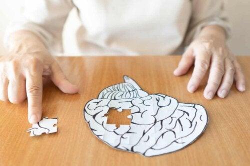 Person laver puslespil af hjernen